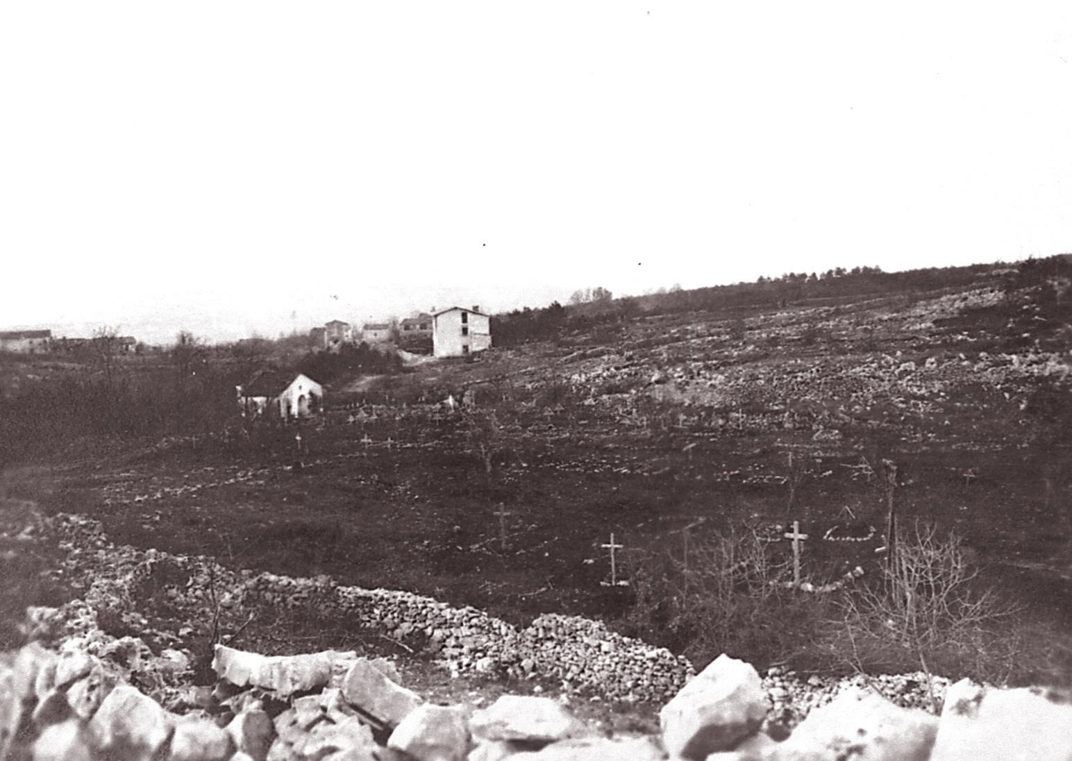 Fotografia di inizio 1916 sui cimiteri. Sullo sfondo la cappella del cimitero comunale