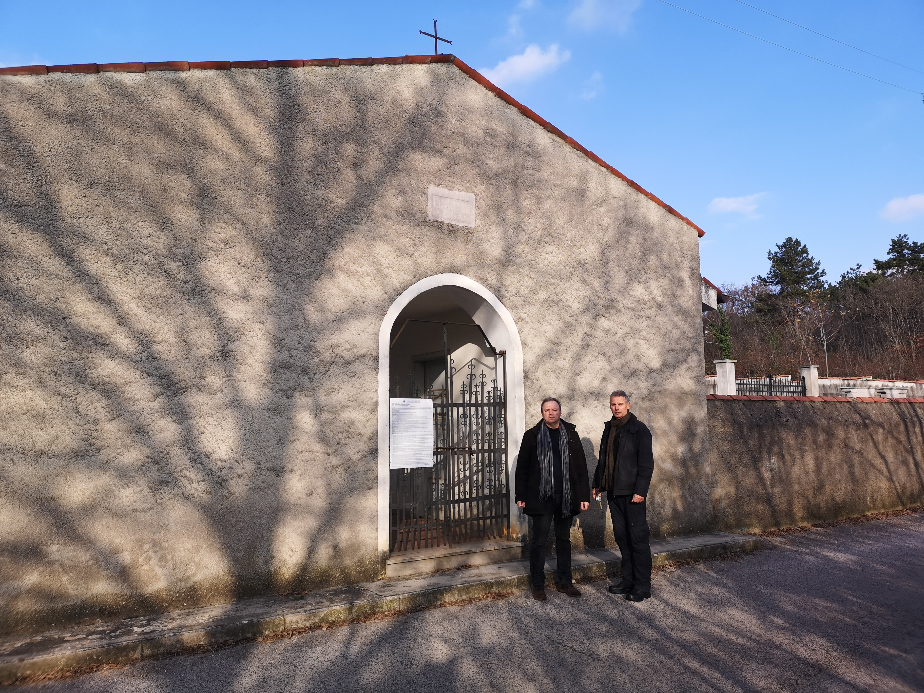 L'autore con János Rózsafi nel dicembre 2019 davanti all'ingresso del cimitero comunale
