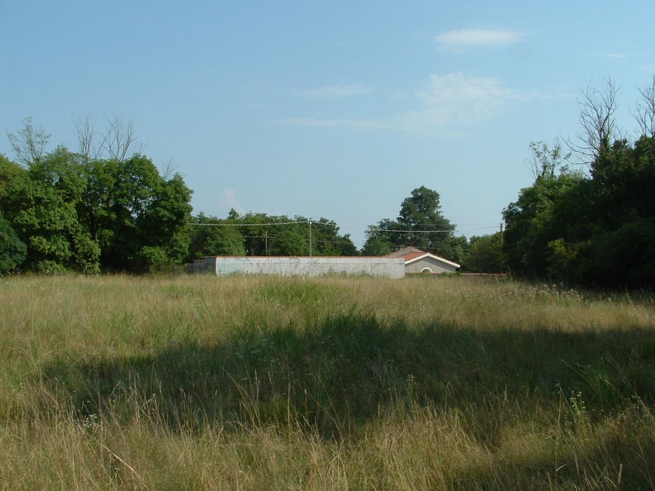 Oggi il cimitero comunale con la cappella e il territorio dietro in direzione occidentale. Una volta erano qua i cimiteri militari