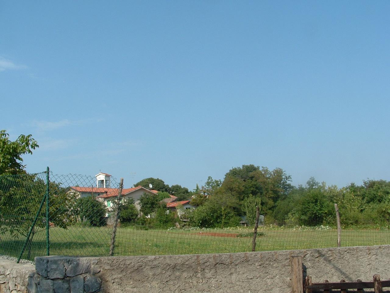 Nel 2009 il luogo del cimitero militare di una volta della dolina accanto alla chiesa