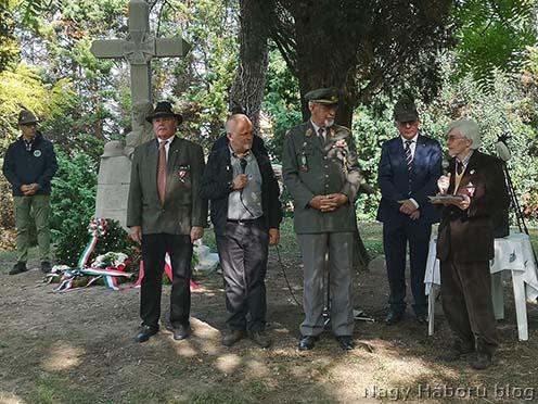 A terület tulajdonosa, a jobb oldalon áló Maurizio Coledan úr az osztrák hadisírgondozó szervezet elismerésének az átvételét követően