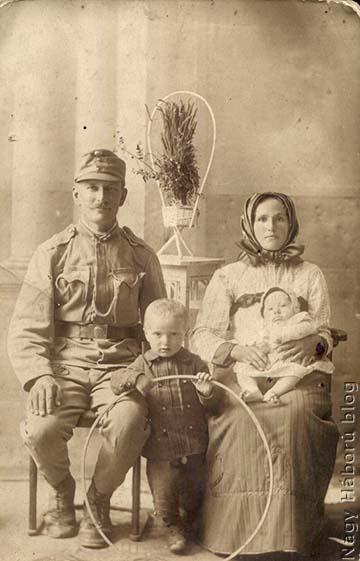 Faggyas János tizedes családja körében a harctérre vonulás előtt. A fotó feltehetően egy szabadkai műteremben készült
