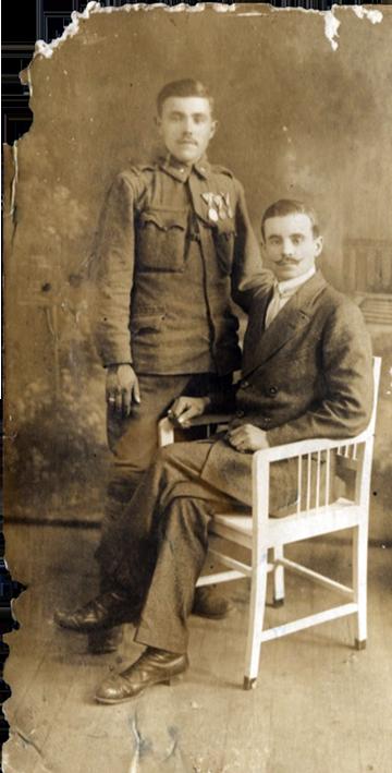 Palló Mihály és testvére, Palló József (1892-1922) egy 1918 végén készült felvételen. Mihálynak két fiútestvére volt: János (szintén a 69. gyalogezred katonája, tulajdonosa a kisezüst vitézségi éremnek 2 pánttal) elesett 1916-ban Kizia mellett, és a falutól ÉK-re lévő erdőben temették el. József, aki a 17. honvéd gyalogezred zászlósa volt, a Doberdón egy gáztámadás alkalmával tüdősérülést szenvedett, és ebbe halt bele 1922 februárjában Sárosdon. Neki III. osztályú hadidíszétményes Katonai Érdemkeresztje és nagyezüstje volt, amiket vele temettek el.