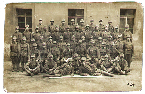 Palló Mihály (felső sor, bal szélső) kiképzésen Pilsenben, 1916 első felében.