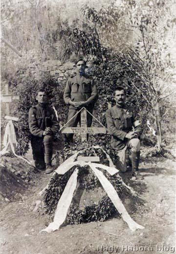 Vastag Pál szakaszvezető sírja. A fotó hátlapjának tanúsága szerint a képen szereplő bajtársak Hugyik István, Nagyedei János és Szalai János