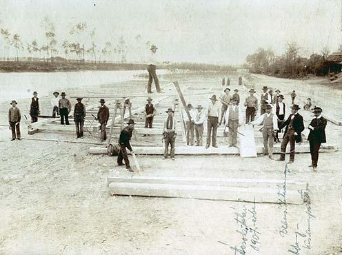 1907: Bebessi István és ácsmesterei az adonyi Duna-parton