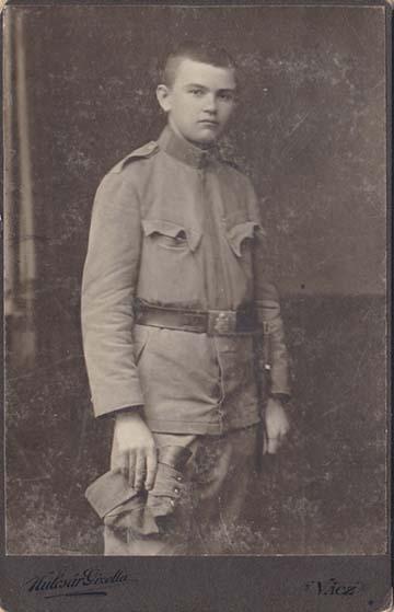 Bertha Gyula mint újonc. Említést érdemel a régi típusú 1891 M övcsat