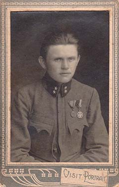 Bertha Gyula tizedesként, Bronz Vitézségi Éremmel és Károly Csapatkereszttel, 1917–18