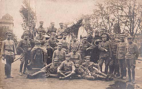 1919-ben a Vörös Hadsereg tüzéreként, Bertha Gyula a jobb oldali ágyúcső felett jobbra, félrecsapott sapkában