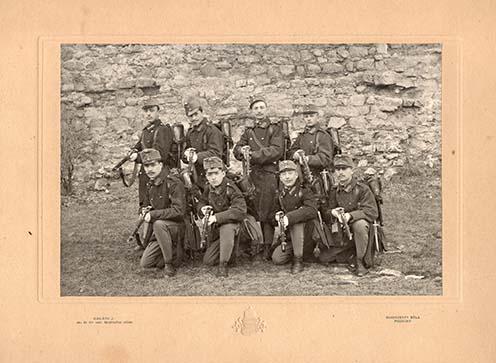 Mindszenty Béla, neves pozsonyi fényképész által készített fotó még a békeidőkből; a guggoló sorban jobb szélen Bertha Géza