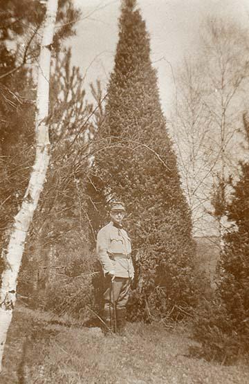 """Boróka """"fa"""". Régi borókabokor, mely fává nőtt. Alatta dr. Wurditsch [Wurdics János] segédorvos"""" – B.G."""