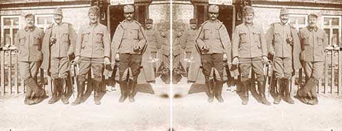 """Eredetileg fordítva nagyított fotó (bal oldali), amit ha tükrözünk (jobb oldali), olvashatóvá válik rajta a """"Stat. Kommando"""", azaz a korábban említett [Hadtáp-] Állomás[fő]parancsnokság felirat"""