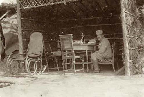 Heinrich Bolzano nella sua postazione di comando con comodi mobili civili