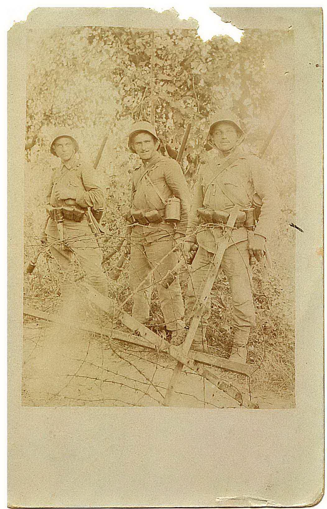 Fülöp Máté (jobb oldalon) két bajtársával. Ez a képes tábori levelezőlap volt utolsó levele, mintha sejtette volna, többé nem láthatja családja