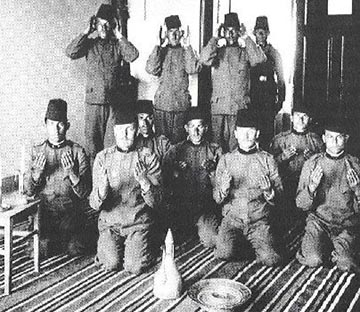 A cs. és kir. 4. BH gyalogezred katonái ima közben