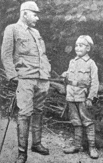 Elez Dervišević Alois Martinek zászlóaljparancsnok társaságában
