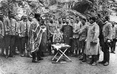 Gavrić bajtársaival egy egyházi ünnepen a makedóniai fronton 1917-ben