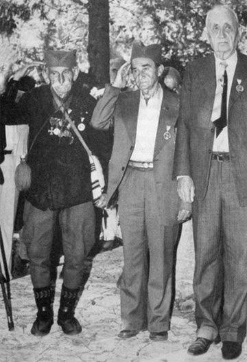 Egykori bajtársaival Korfu szigetén 1983-ban (középen)