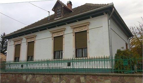 A család egykori lakhelye – ma is szép állapotban – Mezőkeresztesen, a Berecz György úton