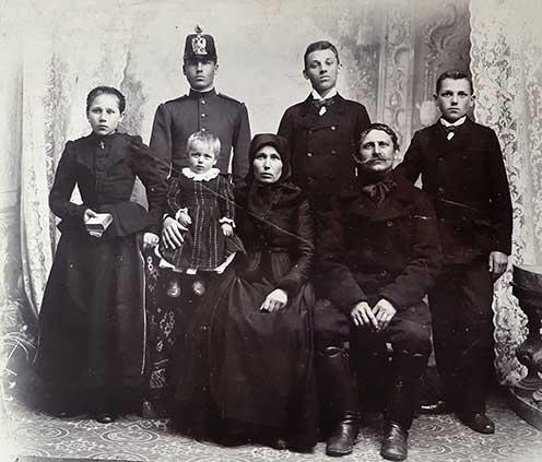 Balról jobbra haladva az álló személyek: Hauth Éva, János, István és Antal, elől a még kisgyermek József és a szülők, Mayer Erzsébet és idősebb Hauth Antal látható