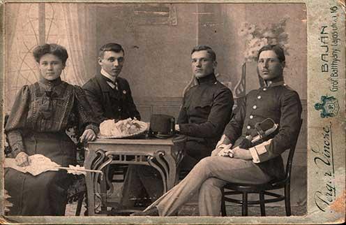 Ezen az 1906. április 16-án, húsvétkor készült családi fotón Hauth Antalt már egyenruhában láthatjuk Baján a testvérei körében. (Balról jobbra haladva: Éva, István, Antal és János)