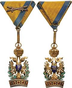 A Vaskorona Rend III. Osztálya hadidíszítménnyel és kardokkal