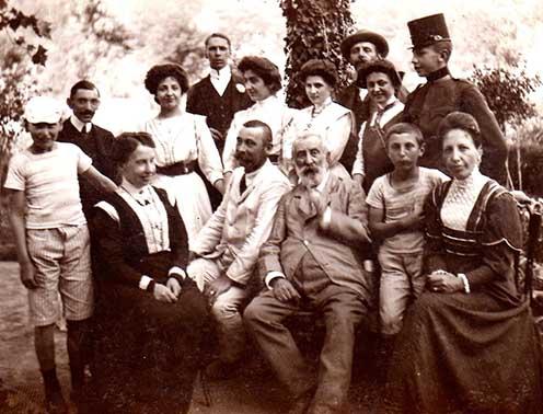 Az idős dukai Takách Gyula (középen pipával) családja körében. Tőle balra fia, Zoltán, jobbra István unokája, mellette a bal szélen oroszi Marton Margit; István mögött egyenruhában Lajos; a bal oldalon Lily és Mária