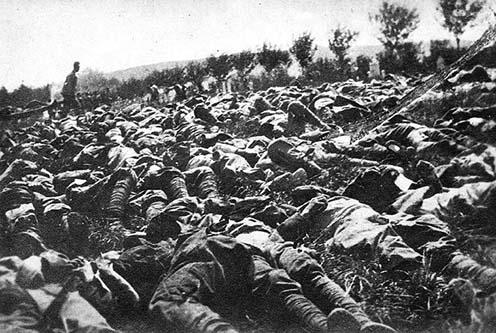 Világháborús csatatér harcok utáni halottakkal. Teodoro Wolf-Ferrari fotója