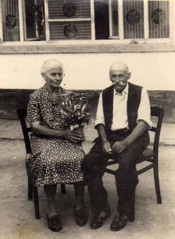 A Mészáros Kiss házaspár aranylakodalmukon, 1964-ben
