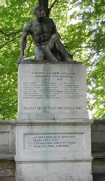 A Debreceni Magyar Királyi Gazdasági Akadémia hősi halottainak emlékműve Pallagon. Rajta az egykori hallgató, Miklóssy Béla neve