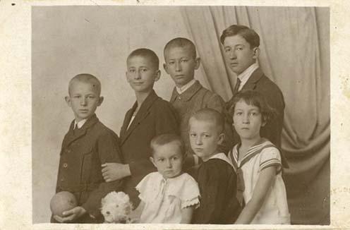 A kép 1927-ben készült. Felső sor balról jobbra: Miklóssy Dezső, Miklóssy Kálmán, Miklóssy István, Miklóssy Béla. Ők Béla árván maradt gyermekei. Az alsó sorban Miklóssy Gyula és Bányai Mária házasságából született gyermekek: Magdolna, Sándor és Mária