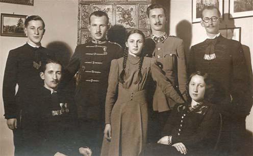 1938-ban készült kép a hét gyerekről. A bal szélen ül dr. Miklóssy Béla, a jobb szélen Mária (Miklóssy Gyula és Bányai Mária első leánya), mögöttük az álló sor balról jobbra: Miklóssy Sándor (Gyula fia), Miklóssy Dezső, aki édesapja halála előtt egy héttel született, Magdolna (Gyula és Mária kislánya), Miklóssy Kálmán és Miklóssy István