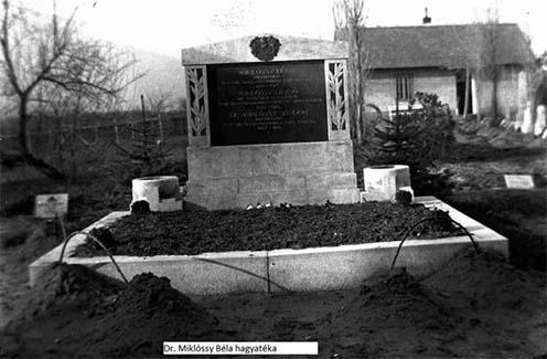 A kép a Hősök temetőjében készült a három testvér újra temetésekor