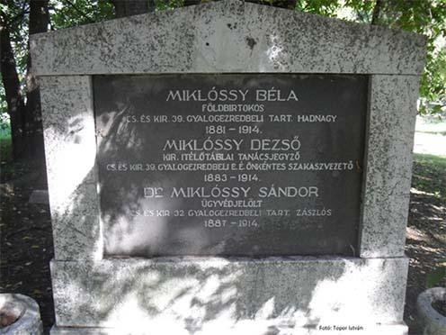 A Miklóssy-fiúk sírja a debreceni Honvéd temetőben. Jól látható az ellopott címer helye