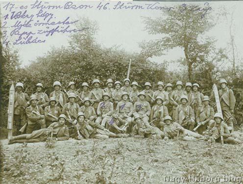 Kókay László rohamszakasza a piavei offenzíva előtt. A kép közepén a szakaszparancsnok mellett ül Mráz Pál őrmester