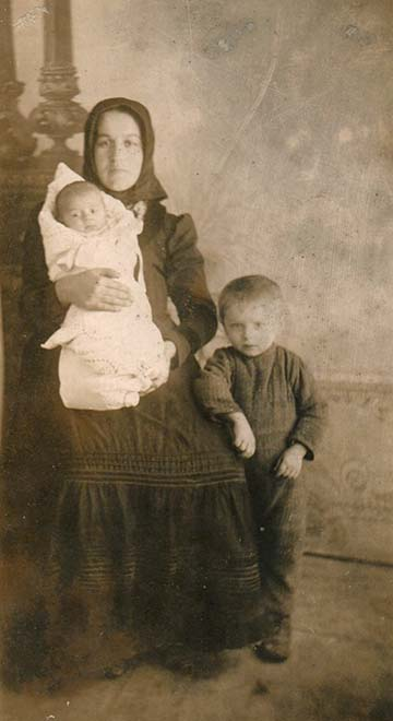 A harctérre küldött családi fotón Novák Istvánné szül. Farkas Mária, Novák Andriska és Novák Juliska