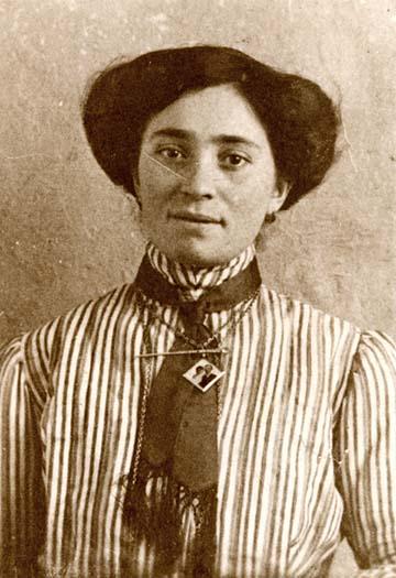 Ő Bauer Izidorné Schwarz Janka, a mostohaanyám, a fénykép 1919 előtt készülhetett.