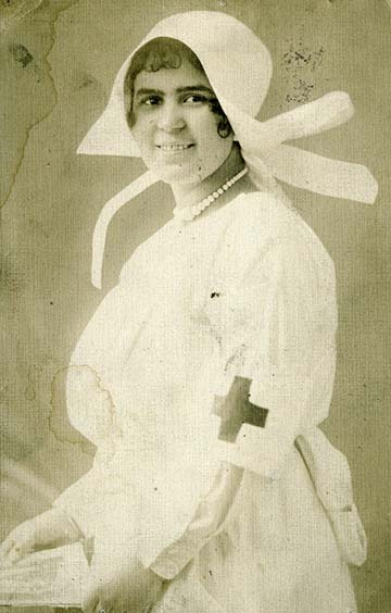Ez édesanyám, Schosberger Józsefné [szül. Feith Paula]. A kép Rákospalotán készült, 1914-ben. Itt élt akkor anyám. Anyám itt ápolónői ruhában van. Az első világháború alatt anyám egy katonai kórházban dolgozott Budapest mellett. Amikor a háború véget ért, a Vöröskereszttől arany kitüntetést kapott a munkájáért.