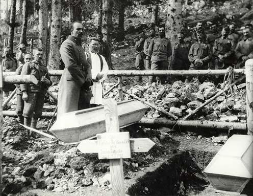 A kép apámat ábrázolja az első világháborúban az olasz fronton 1916-ban, amint alakulatának hősi halottjait búcsúztatja a tábori lelkésszel.