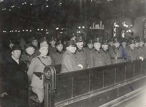 A kép 1942-ben készült a Dohány utcai zsinagógában azokról a tartalékos tisztekről, akik megalakították a Zsidó Hadviseltek Bizottságát. Domonkos Miksa az első padsorban balról a harmadik.