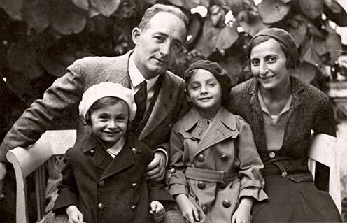 A képen a családunk látható. Édesapám [Róth Marcell] és édesanyám, én ülök középen, mellettem pedig az öcsém [Róth György].