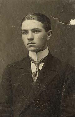 Péczely Attila 1915-ben, érettségi után