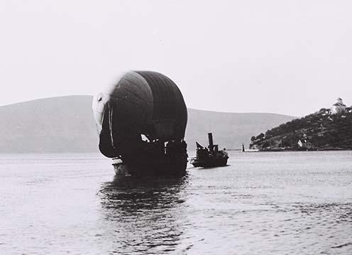 A megfigyelőballon követi a hadihajókat