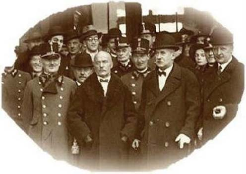 Középen a fejfedő nélküli férfi Filotás Ferenc