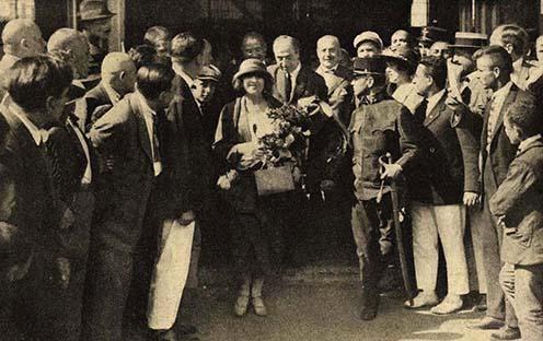 Az olimpiai bajnok fogadása a Keleti pályaudvaron. Virágcsokorral a karján a felesége