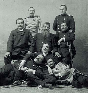 A Fekete Kéz titkos szervezet tagjainak egy csoportja. Fekszenek: Dragutin Dimitrijević Apis (balról), Vojislav Tankosić (jobbról)