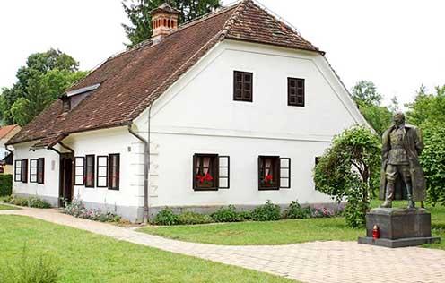 A kumroveci szülői ház a marsall szobrával