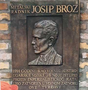 Josip Broz péterváradi raboskodását megörökítő emléktábla