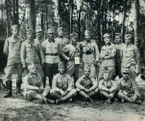 A m. kir. zágrábi 25. honvéd gyalogezred tisztjeinek egy csoportja 1915-ben az orosz hadszíntéren. Jobbról a második ülő alak Miroslav Krleža hadapród