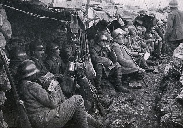 Pihenő katonák a lövészárokban